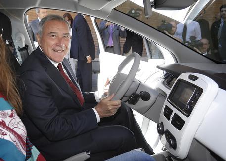 Il Presidente del Senato Pietro Grasso durante la presentazione della eco-iniziativa di palazzo Madama che sostitusce 2 auto ''blu'' tradizionali con 4 vetture elettriche (Renault ZOE, in noleggio a lungo termine), Roma 18 Giugno 2015, ANSA/GIUSEPPE LAMI