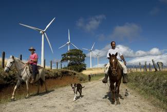 ARCHIVIO FOTOGRAFICO INTERNAZIONALE ENEL ENEL INTERNATIONAL PHOTOGRAPHIC ARCHIVE Movasa (Costa Rica), gennaio 2007: Centrale eolica di Movasa Contadini di passaggio sulla strada che costeggia le torri eoliche della centrale