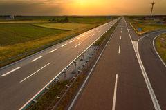 guidando-su-un-autostrada-vuota-al-tramonto-55472882