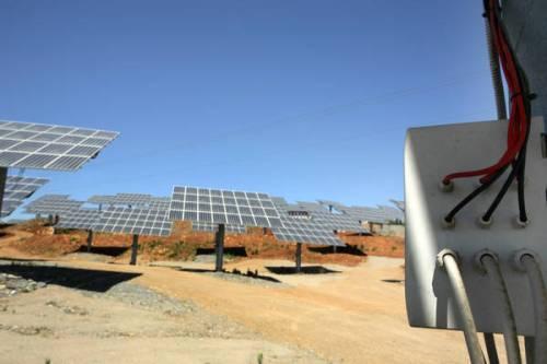 20090702 - CARBONIA (CA) - ENV - IMPIANTO FOTOVOLTAICO DA 1 MW A CARBONIA. E' stato inaugurato questa mattina  a Carbonia (CA) un impianto fotovoltaico da 1 mega watt ad inseguitori solari realizzato dalla Unendo Energia, si tratta di un impianto installato all'interno di una discarica attiva per il trattamento dei rifiuti. ANSA / GIUSEPPE UNGARI